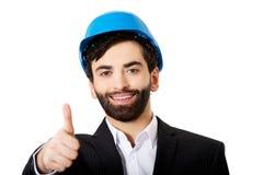 Ingénieur dans le casque de protection avec des pouces  Photo libre de droits