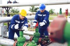 Ingénieur dans le gisement de pétrole et de gaz naturel, canalisation, raffinerie photographie stock libre de droits