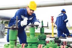 Ingénieur dans le gisement de pétrole et de gaz naturel, canalisation, raffinerie image stock
