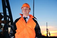 Ingénieur dans un gisement de pétrole photographie stock