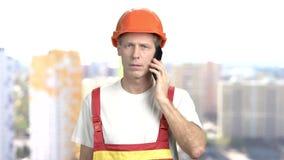 Ingénieur de construction mûr, fond brouillé clips vidéos