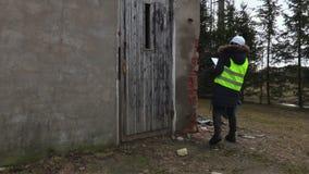 Ingénieur de femme faisant des inspections locales de construction banque de vidéos