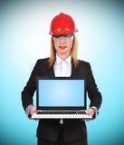 Ingénieur de femme tenant l'ordinateur portable Images libres de droits