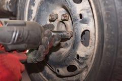 Ingénieur de mécatronique changeant les pneus de voiture photos libres de droits
