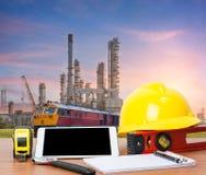 Ingénieur de table de fonctionnement avec le comprimé et les outils Images stock