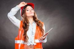 Ingénieur des ponts et chaussées de femme avec le fonctionnement de comprimé Photo libre de droits