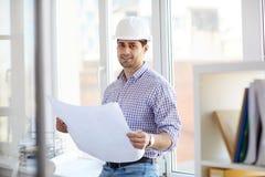Ingénieur du Moyen-Orient de sourire Holding Plans image stock