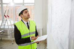 Ingénieur du Moyen-Orient Inspecting Site image libre de droits