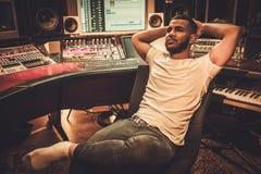 Ingénieur du son d'afro-américain dans le studio d'enregistrement de boutique images libres de droits