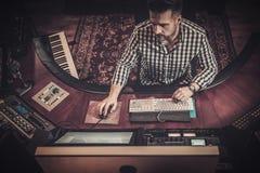 Ingénieur du son travaillant au panneau de mélange dans le studio d'enregistrement de boutique Images libres de droits