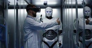 Ingénieur examinant sur des contrôles de robot image stock