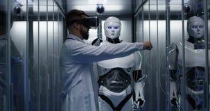Ingénieur examinant sur des contrôles de robot photos stock