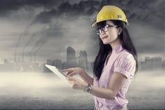 Ingénieur féminin à l'aide du comprimé numérique dehors photos stock