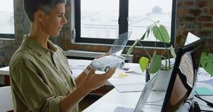 Ingénieur féminin d'automobile utilisant la tablette graphique 4k banque de vidéos
