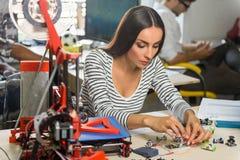 Ingénieur féminin intelligent concevant l'imprimante 3d Image stock