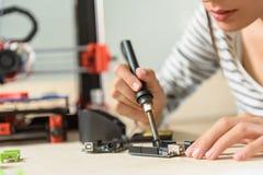 Ingénieur féminin professionnel concevant la technologie 3d Images libres de droits
