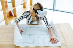 Ingénieur féminin professionnel travaillant sur un projet Images stock