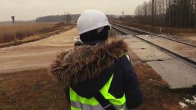 Ingénieur ferroviaire féminin vérifiant l'état technique clips vidéos
