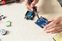 Ingénieur habile construisant les composants 3d Photos stock