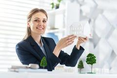 Ingénieur heureux travaillant sur le projet Images stock