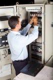 Ingénieur industriel réparant la machine photographie stock libre de droits