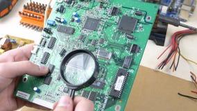 Ingénieur informaticien Examining Motherboard banque de vidéos
