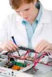 Ingénieur informaticien féminin de support - réparation de femme photos stock
