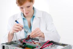 Ingénieur informaticien féminin de support - réparation de femme photo stock