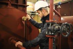 Ingénieur mécanicien en pétrole et gaz d'installation Travail de service dans bronzage image libre de droits