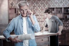 Ingénieur masculin adorable réalisant le succès Image libre de droits