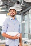 Ingénieur masculin attirant avec le hardhead dedans Photo stock
