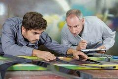 Ingénieur matériel observé par le professeur images stock