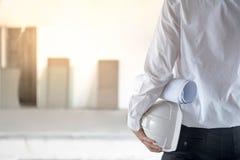 Ingénieur ou architecte tenant le casque de sécurité protecteur Images libres de droits