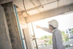 Ingénieur ou architecte vérifiant le chantier de construction Photos stock