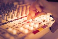 Ingénieur ou producteur de musique commandant le bureau de mélange de studio d'enregistrement sonore photographie stock