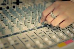 Ingénieur ou producteur de musique commandant le bureau de mélange de studio d'enregistrement sonore photo libre de droits