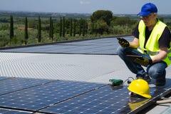 Ingénieur photovoltaïque photographie stock libre de droits