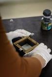 Ingénieur préparant un échantillon de sol dans un moule pour l'essai en laboratoire direct de cisaillement Photographie stock