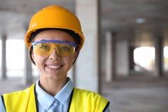 Ingénieur professionnel dans le dispositif de protection au chantier de construction image libre de droits