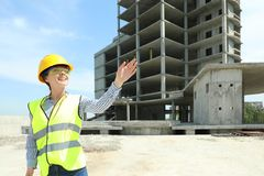 Ingénieur professionnel dans le dispositif de protection au chantier de construction photo stock