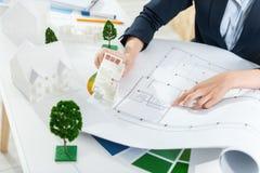 Ingénieur professionnel travaillant à la construction de maison Image stock