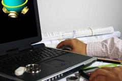 Ingénieur rédigeant les travaux 3d d'un récipient à pression photo stock