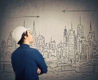 Ingénieur regardant le projet de ville photographie stock libre de droits