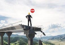 Ingénieur sûr tenant le signe de sécurité de rue Photographie stock libre de droits