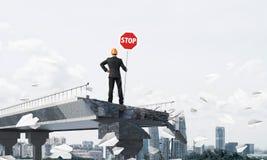 Ingénieur sûr tenant le signe de sécurité de rue Images libres de droits