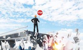 Ingénieur sûr tenant le signe de sécurité de rue Photos libres de droits