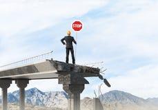 Ingénieur sûr tenant le signe de sécurité de rue Image libre de droits