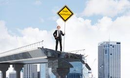 Ingénieur sûr tenant le signe de sécurité de rue Image stock