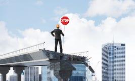 Ingénieur sûr tenant le signe de sécurité de rue Photo libre de droits