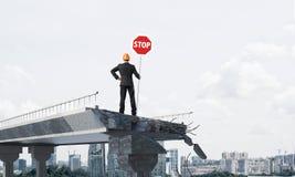 Ingénieur sûr tenant le signe de sécurité de rue Photos stock